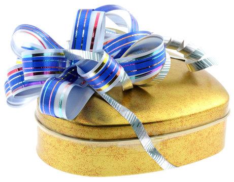 boîte dorée emballage ruban bleu fond blanc