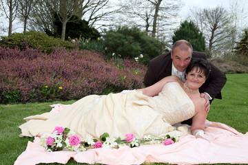 mariés allongés