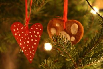 Rotes Herz an Weihnachtsbaum
