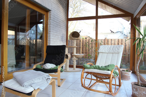 moderner wintergarten mit schaukelstuhl stockfotos und. Black Bedroom Furniture Sets. Home Design Ideas