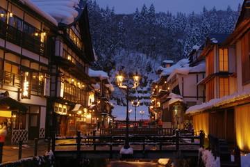 冬の銀山温泉 夜景