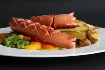 Gegrillte Wurst mit Gemüse und Kartoffeln