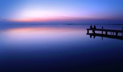 Fotorolgordijn Pier novios en la puesta de sol