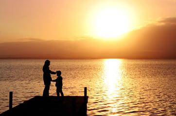 Deurstickers Pier madre e hijo en el paisaje