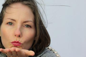 femme envoyant un bisou
