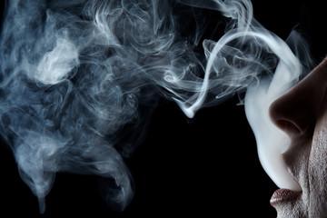 Mund stößt Rauch aus