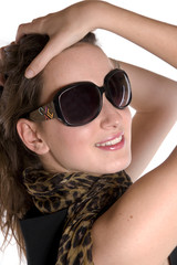 portrait d'une jolie femme aux lunettes de soleil