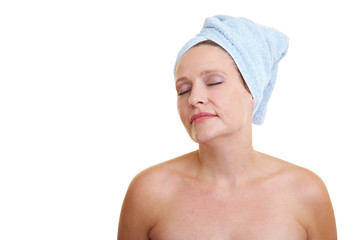 Frau mit Handtuch auf Kopf