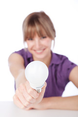 junge frau mit energiesparlampe