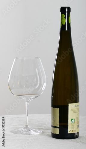bouteille de vin blanc d 39 alsace et verre d gustation photo libre de droits sur la banque d. Black Bedroom Furniture Sets. Home Design Ideas