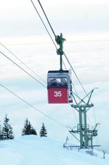Skifahrer in der Gondel