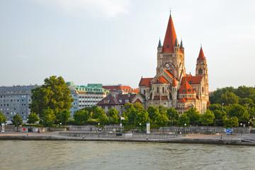In de dag Wenen Mexicoplatz church on Danube River, Vienna, Austria