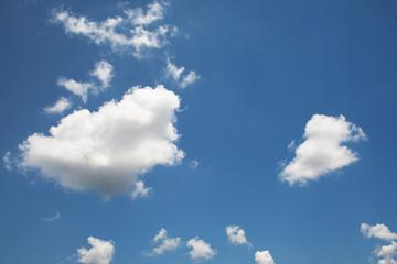 blauer Himmel mit weissen Wolken