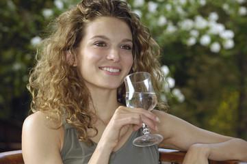 donna con bicchiere d'acqua