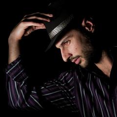 ragazzo con cappello e camicia