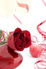 Liebeskarte mit rote Rose und Herz