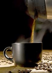 heißer Kaffee wird eingeschenkt