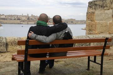 Pareja en banco viendo ciudad de Malta