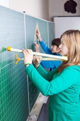 Schüler mit Zirkel und Geodreieck