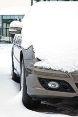 Auto parkt zugeschneit