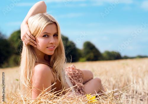 Кокетливая блондинка показывает себя голышом и в одежде  592602