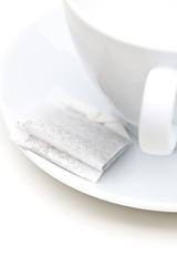 Teebeutel neben weißer Tasse