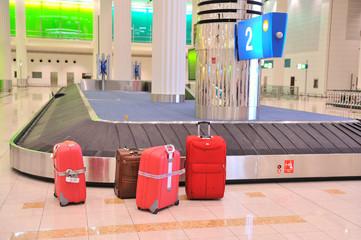 Rote Koffer am Gepäckband