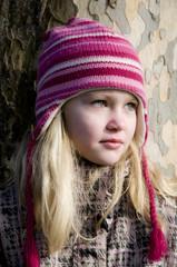 Junges Mädchen mit Winterjacke und Mütze