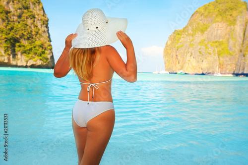 фото девушек на пляже сзади
