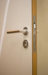 Türgriff einer weißen Holztür