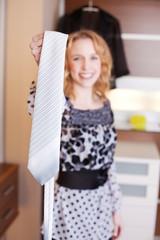 junge frau mit krawatte