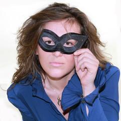 modella in maschera nera