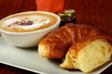Crossaint mit Marmelade und Milchkaffee