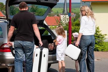 Familie im Auto verreist in den Urlaub