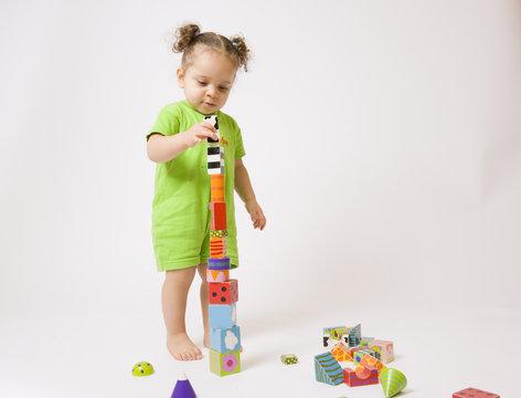 bébé debout construisant une tour