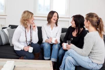 junge frauen haben spaß beim kaffeetrinken