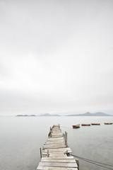 Patrząc na opuszczonego kolegę i łódź. - 20391534