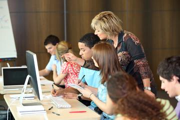 Groupe d'étudiants en classe