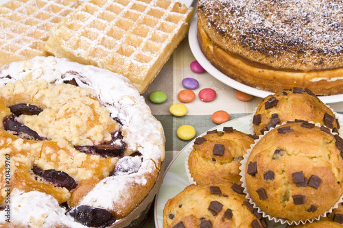 kuchen mit muffins waffeln und smarties stock photo and royalty free images on. Black Bedroom Furniture Sets. Home Design Ideas