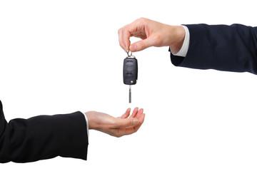 Mann gibt Frau einen Autoschlüssel
