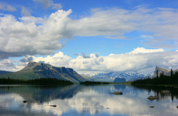 Fototapete - River and mountains in arctic National Park