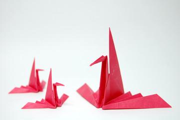 赤い和紙の折羽鶴の群れ
