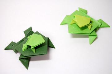 和紙の折り紙、カエルの群れ