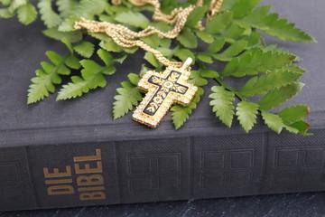 Wall Mural - Kreuz auf einer Bibel
