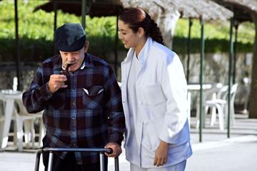 jeune soignante accompagnant une personne agée