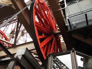 Rotes Rad im Eiffelturm