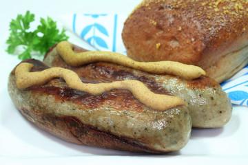 Bratwurst mit Senf und Brötchen