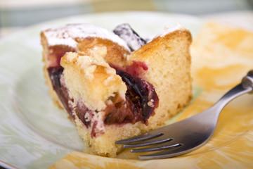Kuchen mit Gabel auf einem Teller