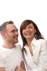 Modernes, junges Paar lacht glücklich