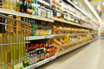 Flaschenregale im Supermarkt